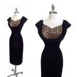 """Să ne întoarcem în anii '50 cu o rochie """"black velvet cocktail"""""""