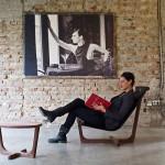 Citește relaxat pe un scaun Armanda