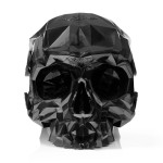 Fotoliu cu spătar care imită un craniu