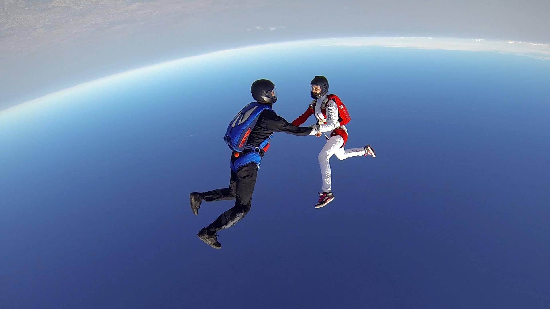 """Adrenalina """"gratuita"""": peste 350 de salturi in prima zi a festivalului de parasutism de la Clinceni"""