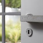 Detalii care fac diferență: mâner pentru ușă din piatră, sticlă etc.