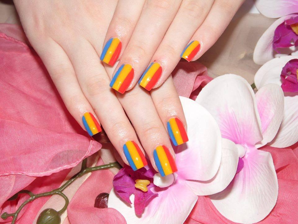 Unghii vopsite în culorile tricolorului
