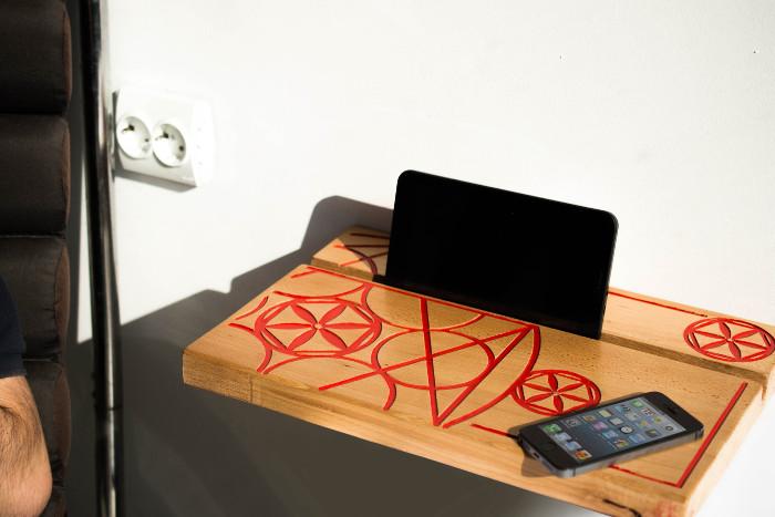 Noptieră minimalistă pentru smartphone și tabletă