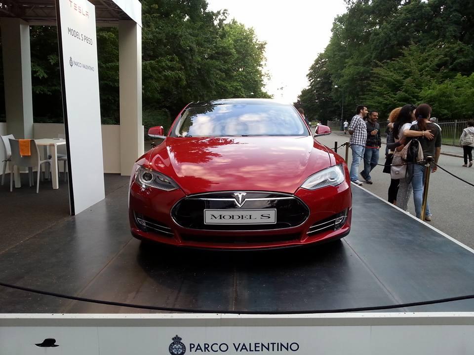 Șoferul unui Tesla și-a avariat mașina pentru a salva o viață