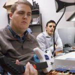 Un om paralizat își poate controla mâna grație unui implant în creier