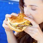 Mâncatul rapid poate cauza probleme de sănătate