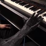 Un muzician utilizează cu succes o mâna artificială în locul celei amputate