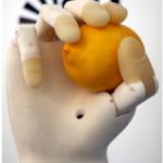Cercetătorii au creat o mână artificială inteligentă cu o imprimantă 3D