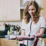 """Kate Grey și-a pierdut antebrațul stâng la doi ani, iar acum a primit mâna """"Hero"""" – imprimantă 3D"""