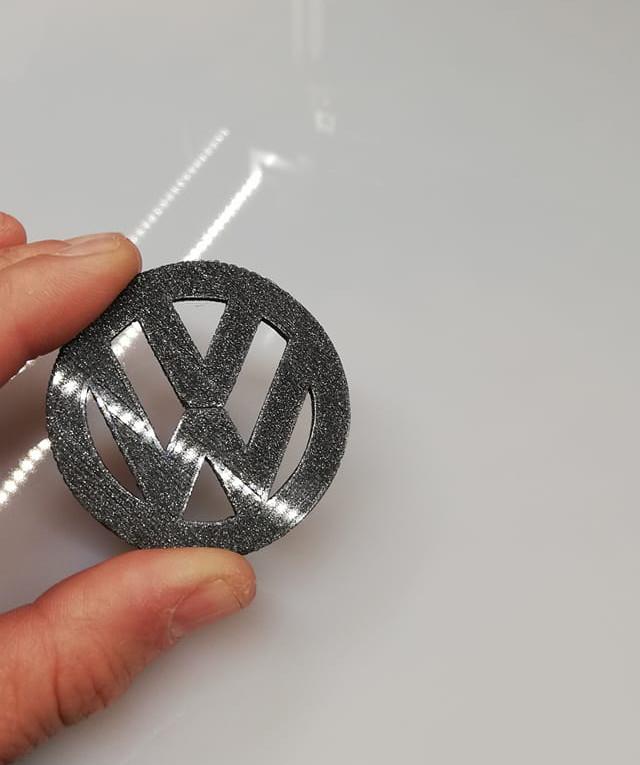 Sigla Volkswagen imprimată 3D cu filament special