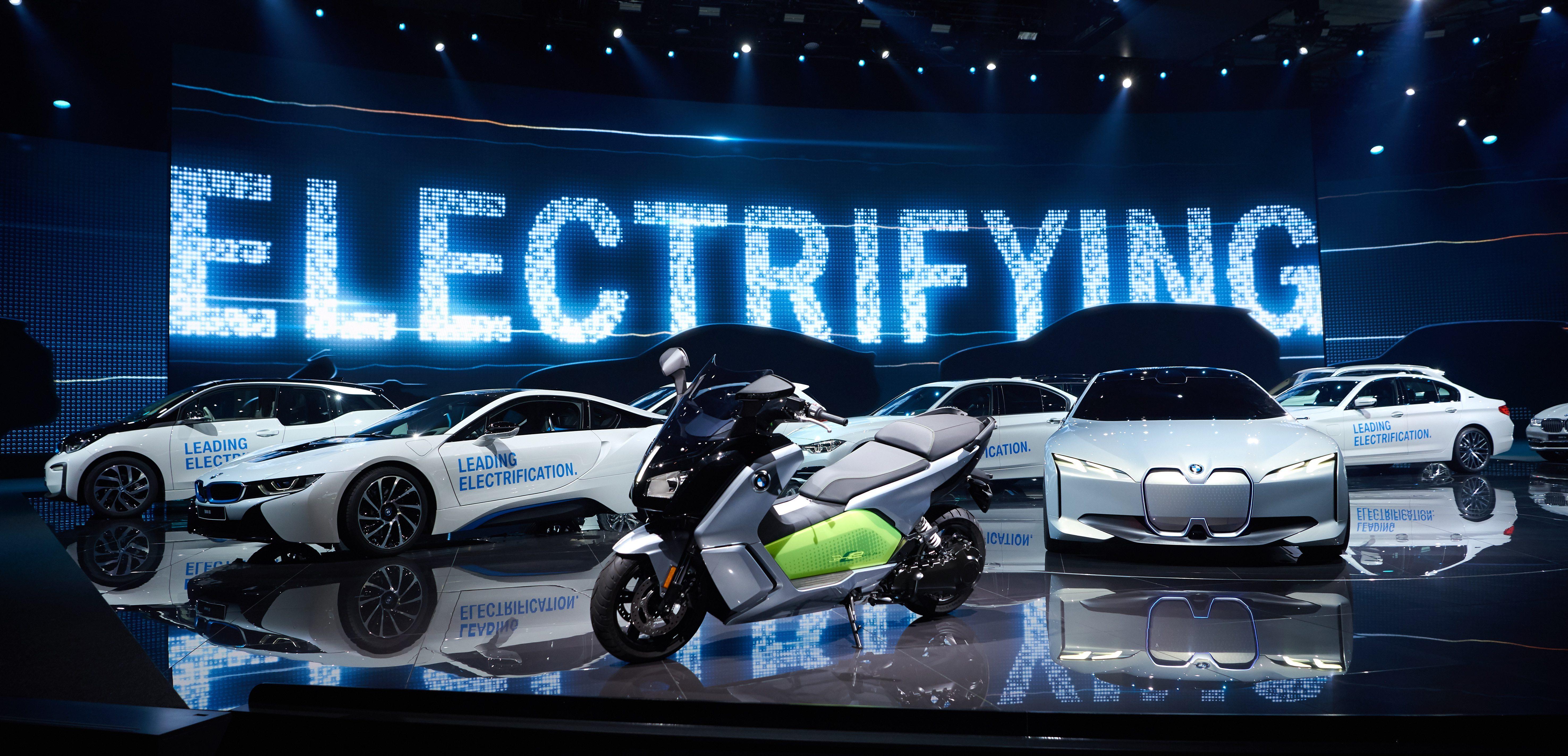BMW greșește când spune că nu este cerere pentru mașini electrice!