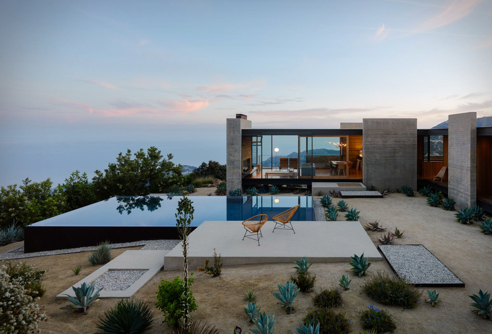 Casa Saddle realizată de arhitecții Sant promovează un design minimalist