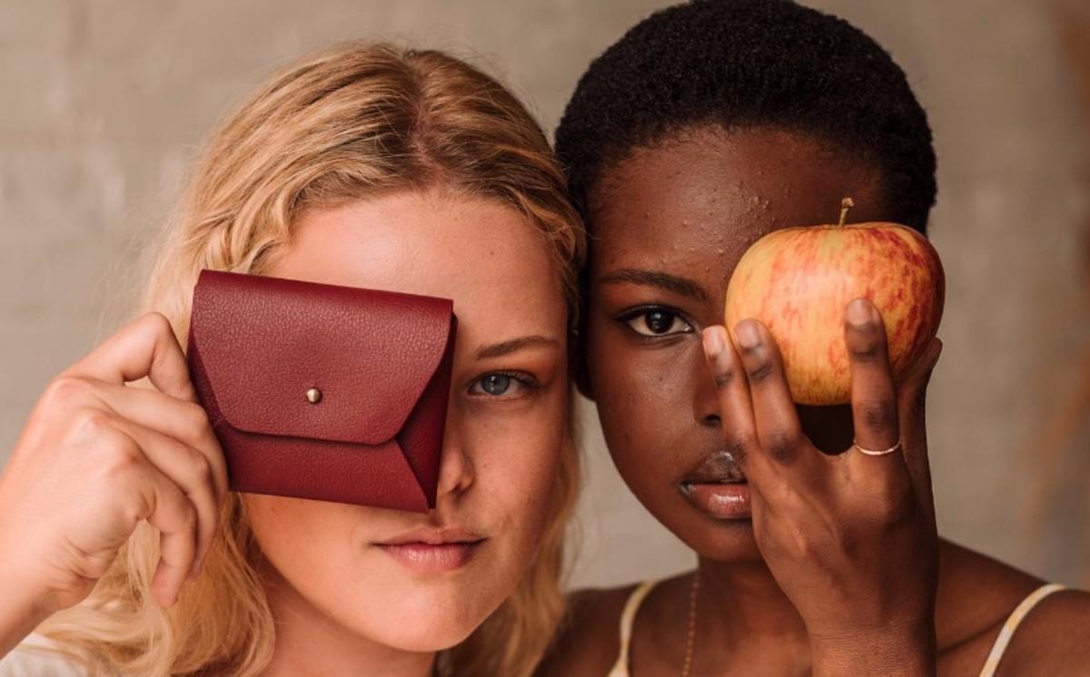 Brandul Vegan Fashion creează piele din mere pentru a reduce utilizarea plasticului