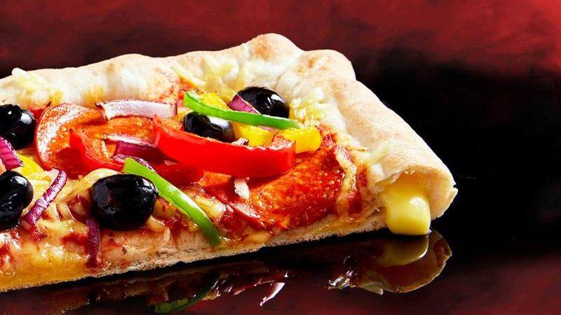 Pizza Hut tocmai a lansat în UK crusta vegană pentru pizza