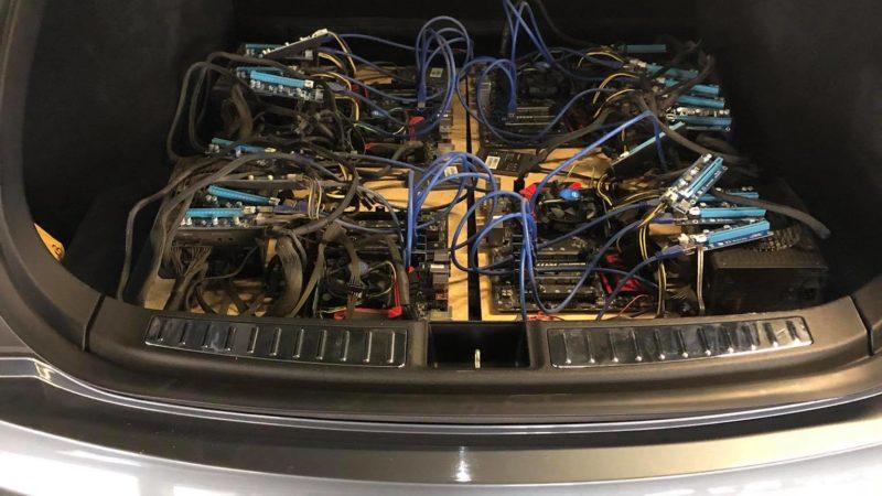 Proprietarul unui Tesla și-a construit mai multe riguri pentru a mina bitcoin, utilizând curentul gratuit de la Superchargere