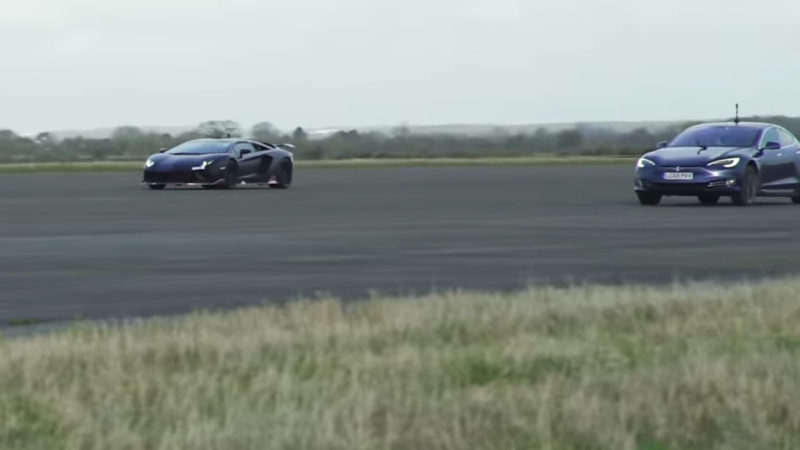 Lamborghini Aventador vs. noul Tesla Model S Performance